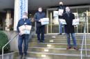 Vertreter des Lionsclub Blaubeuren-Laichingen übergeben Adventskalender an den Pflegedienstleiter Thomas Thernes