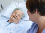 Patientin im Gespräch mit Klinikpersonal